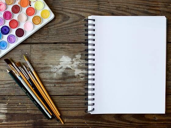 Caderno e paleta de cores
